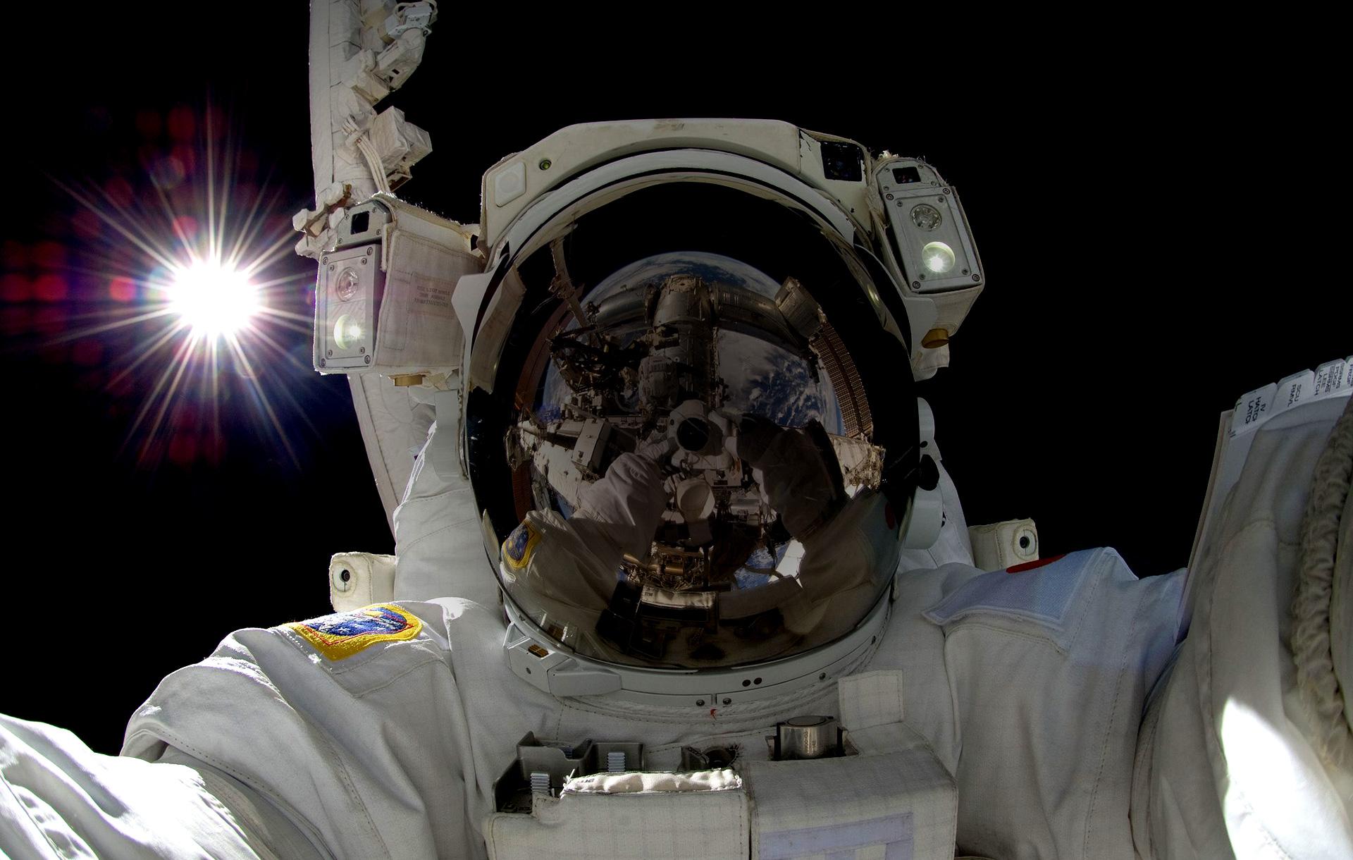 header-astronaut-bg